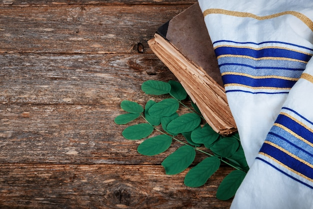 Żydowska świąteczna modlitewnia wysokie dni świętego na stole