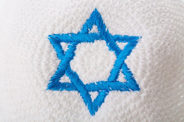 Żydowski kapelusz z izraelską gwiazdą dawida.
