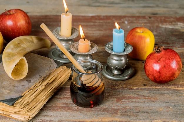 Żydowski miód świąteczny i jabłka z książką granatu tora, kippah yamolka talit
