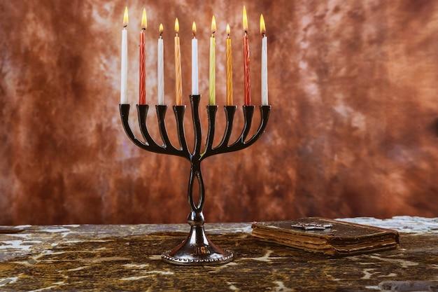 Żydowski symbol żydowskiego święta chanuka z menorami tradycyjnymi świecznikami
