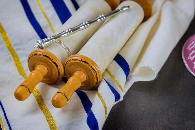 Żydowskie przedmioty modlitewne. szal modlitewny talit ze zwojem tory