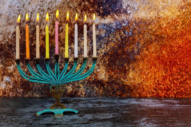 Żydowskie święto chanuka z menorą tradycyjnymi świecznikami i płonącymi świecami