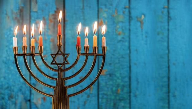 Żydowskie święto chanuka z menorą tradycyjnymi świecznikami