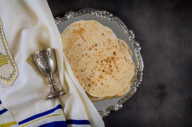 Żydowskie święto pesach z koszerną macyą z kieliszkiem wina podczas tradycyjnego żydowskiego święta paschy