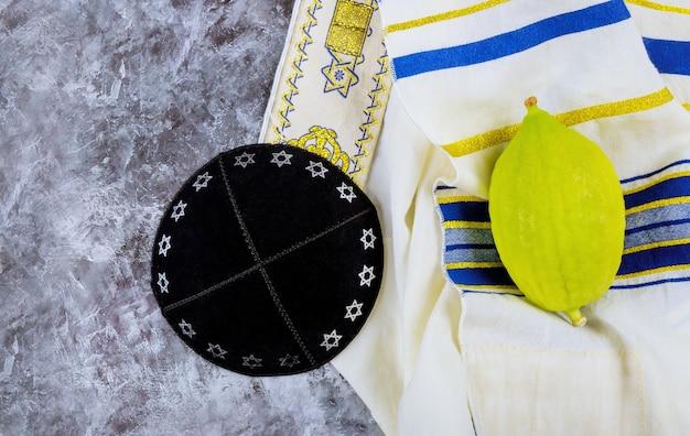 Żydowskie święto święta w sukkot w jarmułkę