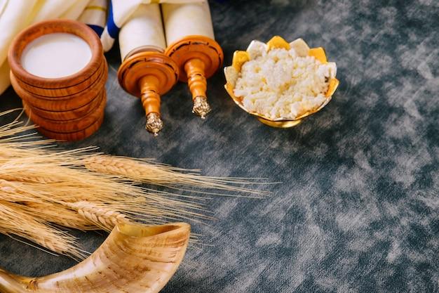 Żydowskie święto szawuot na koszerne produkty mleczne na zwoju tory i tałesie