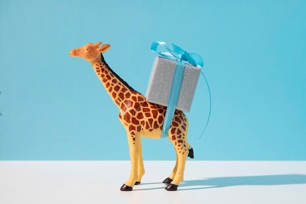 Żyrafa niosąca prezent