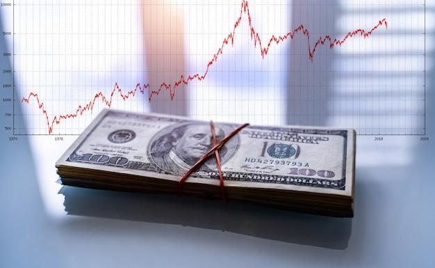 Zysk z biznesu ze stosem amerykańskich dolarów. skup się na frankilnie. człowiek na stu banknotach