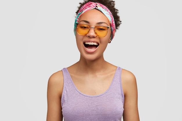 Żywa czarna kobieta śmieje się radośnie