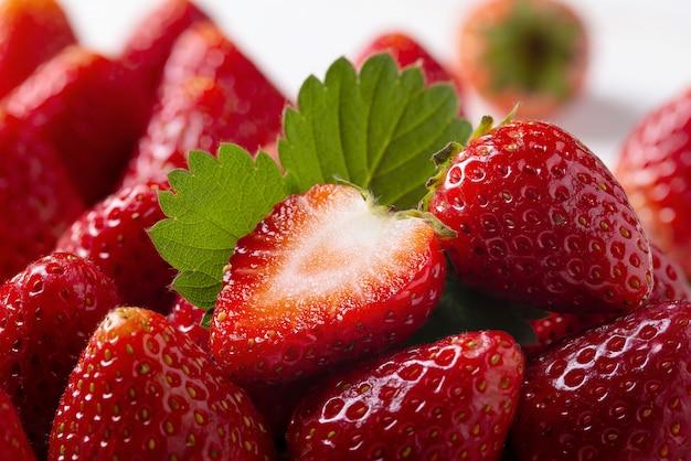 Żywe kolorowe czerwone truskawki na truskawki tle