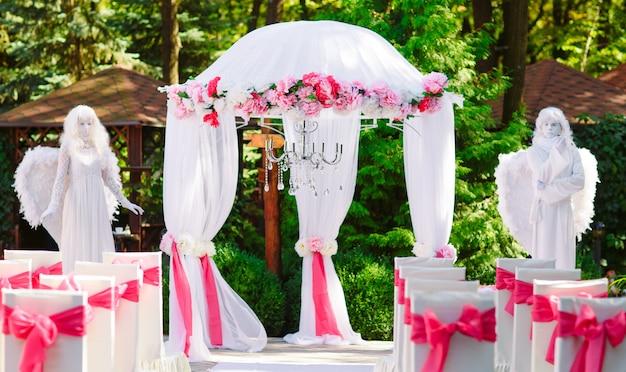 Żywe posągi na ceremonii ślubnej.