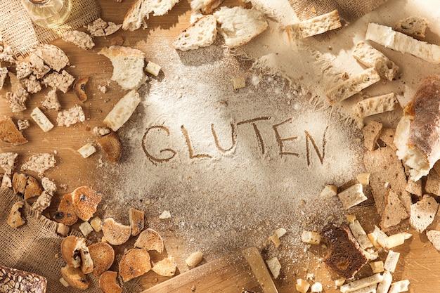 Żywność bezglutenowa. różne makarony, chleb i przekąski na podłoże drewniane z widoku z góry. pojęcie zdrowej i diety.