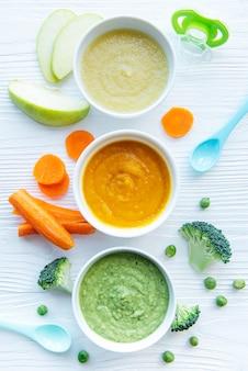 Żywność dla niemowląt, asortyment przecierów owocowo-warzywnych, układany na płasko, widok z góry
