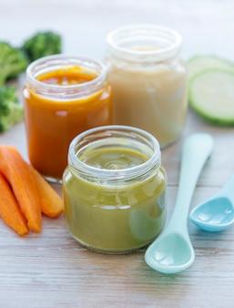 Żywność dla niemowląt, asortyment przecierów owocowych i warzywnych
