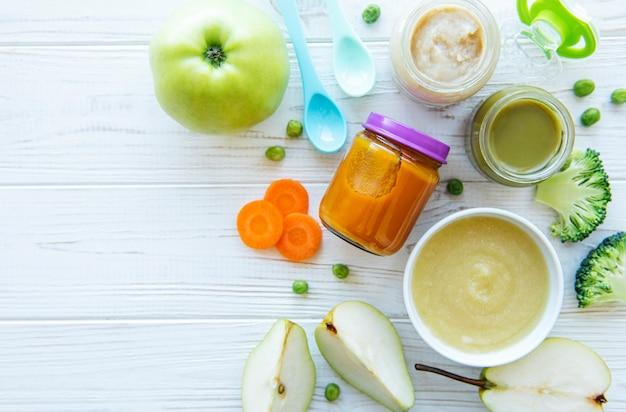 Żywność dla niemowląt w asortymencie przecierów owocowo-warzywnych