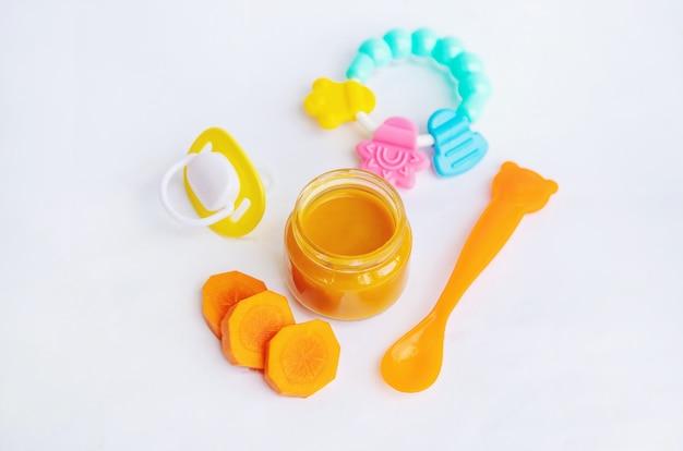 Żywność dla niemowląt w małych słoikach.