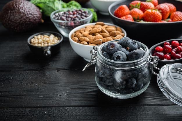 Żywność ekologiczna dla zdrowego odżywiania i pożywienia, na czarnym drewnianym stole