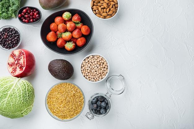 Żywność ekologiczna dla zdrowego odżywiania i pożywienia, płaskie lay, na białym tle