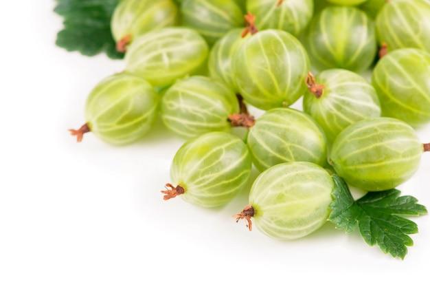 Żywność ekologiczna, zdrowa żywność, owoce zielonego agrestu z liściem na białym tle