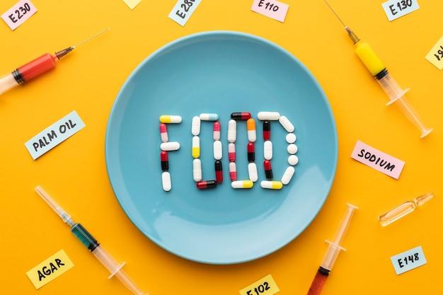 Żywność modyfikowana gmo z pigułkami i strzykawkami