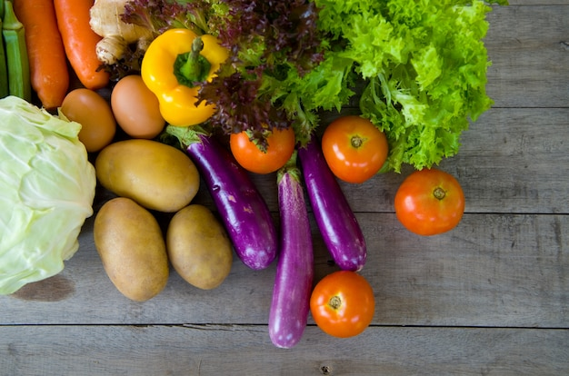 Żywność organiczna na drewnianym tle