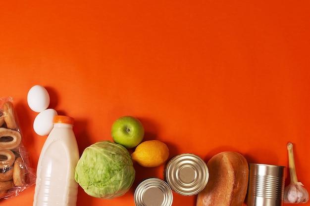 Żywność, zboża, chleb i konserwy z miejscem na kopię, rynek online, koncepcja zielonej dostawy do domu