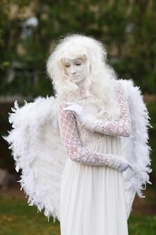 Żywy posąg anioła.