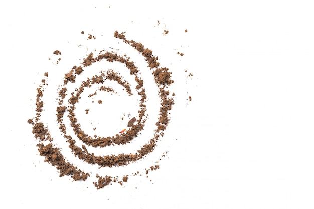 Żyzna gleba widziana z góry, widok z góry. koncepcja ogrodnictwa lub sadzenia. na białym tle