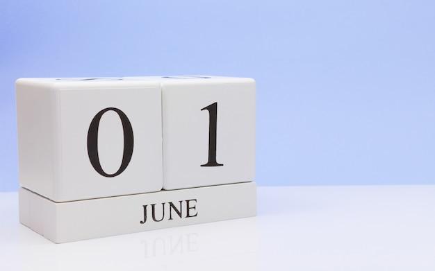 01 de junio. día 1 del mes, calendario diario en mesa blanca.