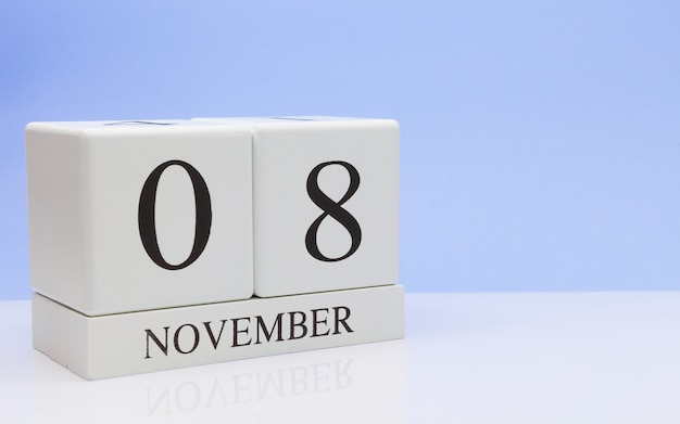 08 de noviembre. día 8 del mes, calendario diario en mesa blanca con reflexión.