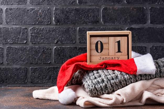 1 de enero en calendario de cubo de madera