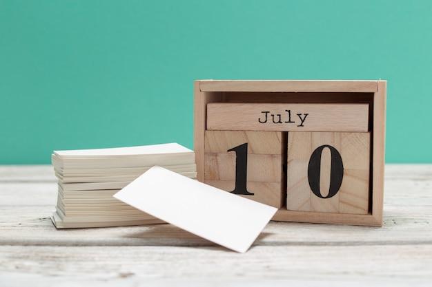 10 de julio. imagen del 10 de julio, calendario en madera. hora de verano