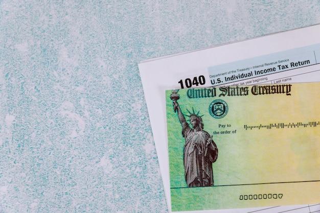 1040 formulario de impuestos con cheque de reembolso preparación contabilidad impuesto federal
