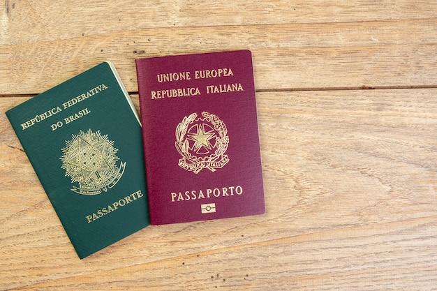 11 de noviembre de 2020, brasil. pasaportes brasileños e italianos sobre mesa de madera.