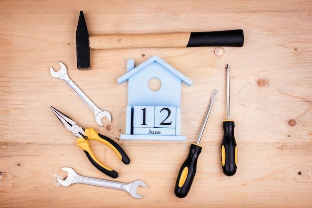 12 de junio - día del padre. concepto masculino herramientas de reparación - martillo, destornilladores, llaves ajustables, alicates. hoja de papel blanco.