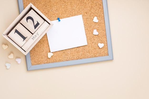 12 de mayo inscripción con papel en blanco y corazones.