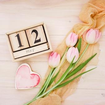 12 de mayo inscripción con tulipanes y corazón rojo.