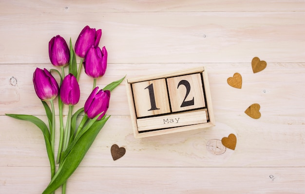 12 de mayo inscripción con tulipanes y corazones.