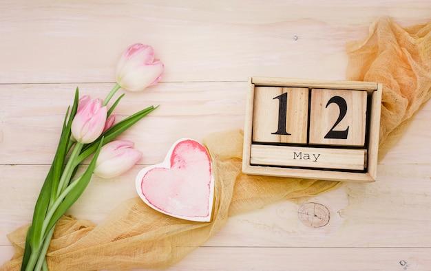 12 de mayo inscripción con tulipanes rosas y corazón.