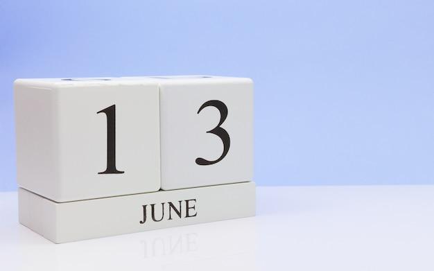 13 de junio. día 13 del mes, calendario diario sobre mesa blanca.