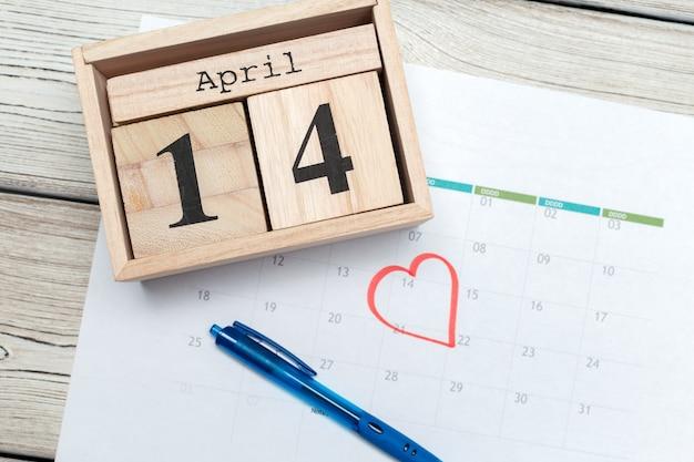 14 de abril mes, calendario en mesa
