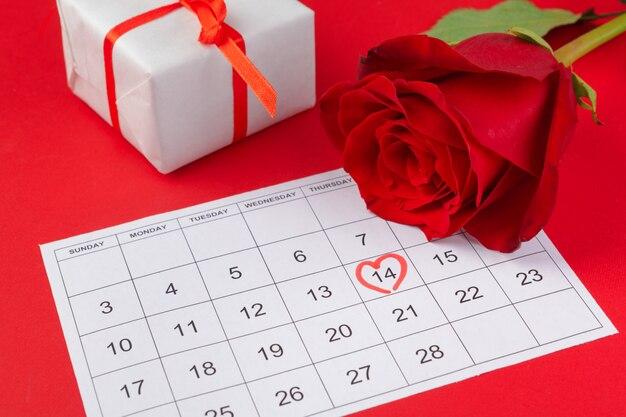 14 de febrero en calendario y decoraciones para el día de san valentín.