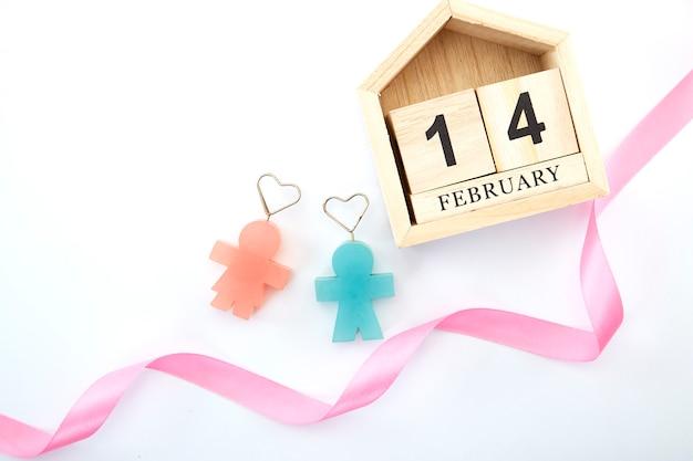 14 de febrero en calendario de madera en blanco