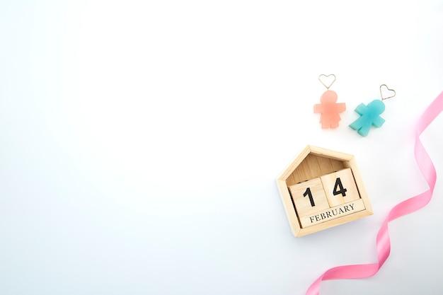 14 de febrero en calendario de madera sobre fondo blanco