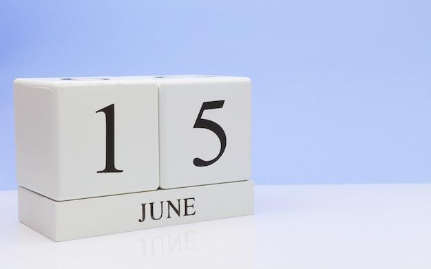 15 de junio. día 15 del mes, calendario diario sobre mesa blanca.