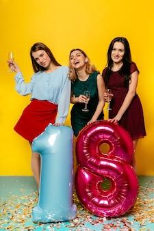 18º aniversario del feliz cumpleaños. emociones alegres de tres jóvenes chicas impresionantes divirtiéndose