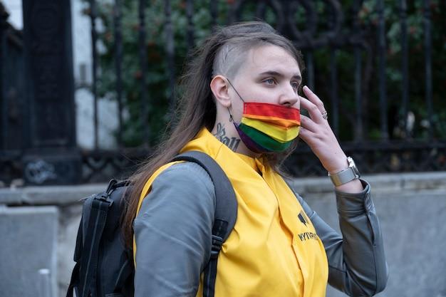 19 de septiembre de 2021, kiev, ucrania. gente en la marcha del orgullo con brillantes símbolos de arco iris.