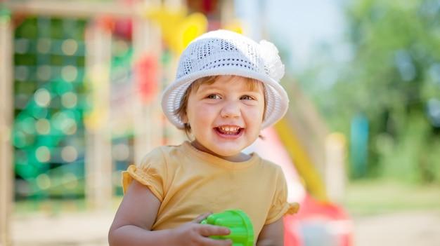 2 años chica en área de juegos infantiles