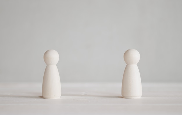 2 muñecos de madera de pie sobre la mesa