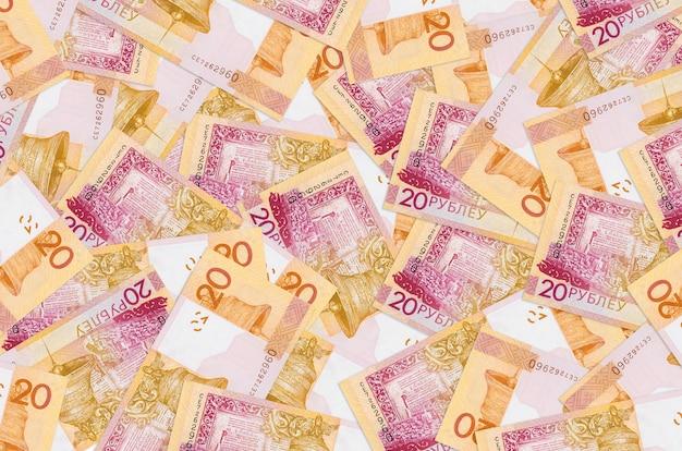 20 billetes de rublos bielorrusos se encuentran en una gran pila